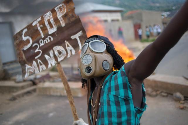 Un manifestant portant un masque à gaz agite... (PHOTO PHIL MOORE, AFP)