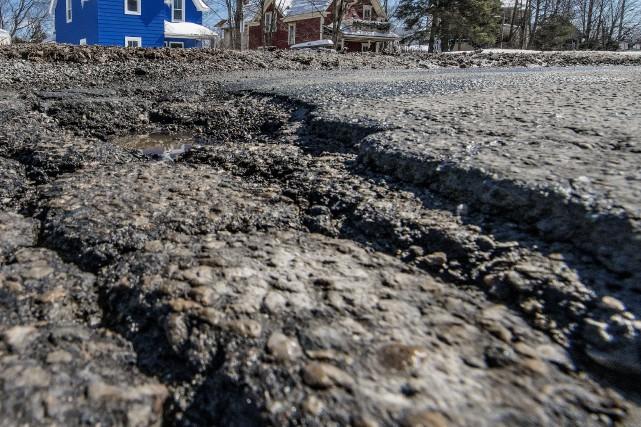 Votre route ou rue est pleine de trous? L'enchaînement de nids-de-poule fait... (Archives La Tribune)