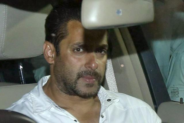 Salman Khan dans sa voiture à sa sortie... (Photo: Reuters)