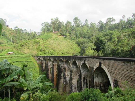 À Ella, au Sri Lanka, plusieurs touristes longent... (La Nouvelle, Jonathan Custeau)