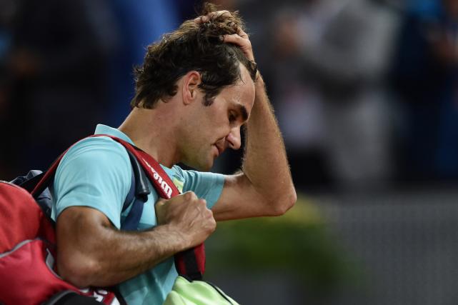 Roger Federer a quitté le court la tête... (Photo Javier Soriano, AFP)
