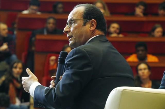François Hollandestagne toujours à des niveaux historiquement bas... (Photo: AP)