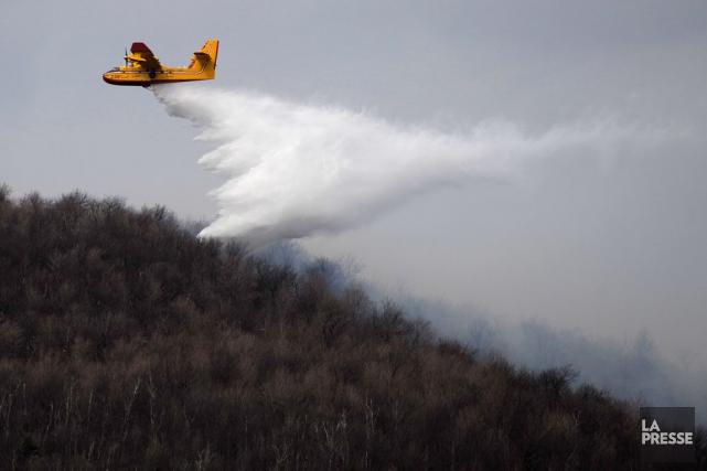 Une personne qui allume un feu en période... (PHOTO ARCHIVES LA PRESSE)