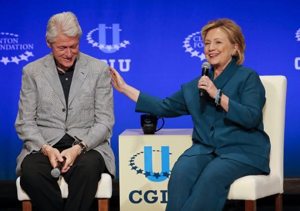 L'ancien président américain Bill Clinton aux côtés de... (PHOTO ARCHIVES AP)