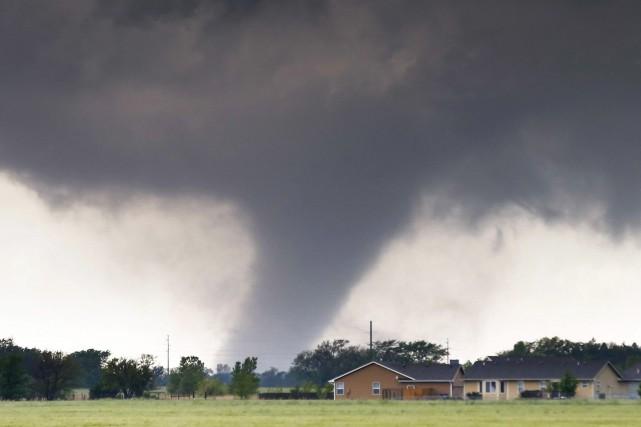 Une tornade passe près de la ville deHalstead,... (Photo AP)