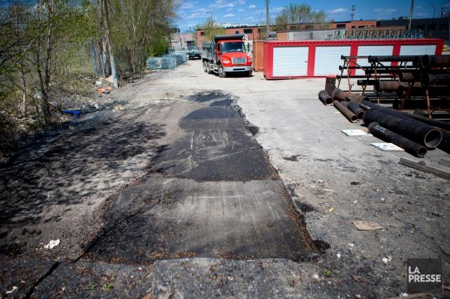 En août, des employés s'affairaient à creuser le... (PHOTO MARCO CAMPANOZZI, ARCHIVES LA PRESSE)