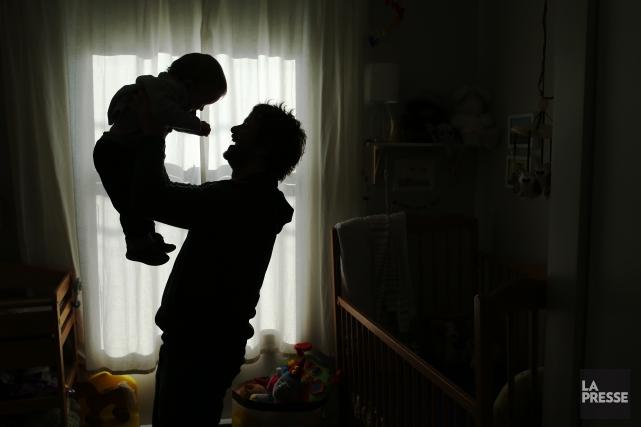La très grande majorité des pères se contente... (PHOTO MARTIN CHAMBERLAND, ARCHIVES LA PRESSE)