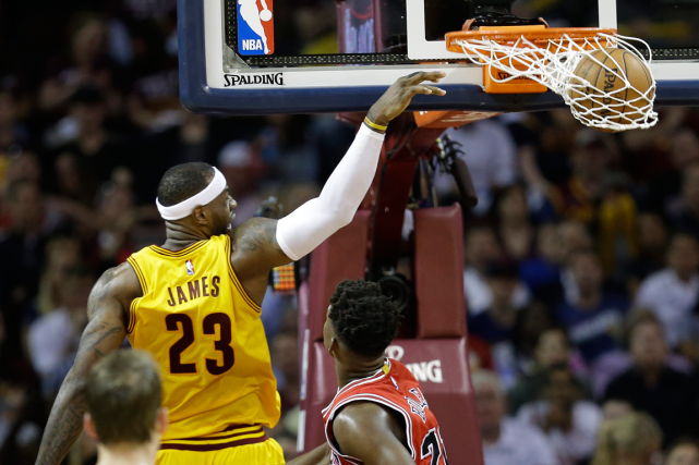 LeBron James a inscrit 33 points dans la... (Photo Tony Dejak, AP)