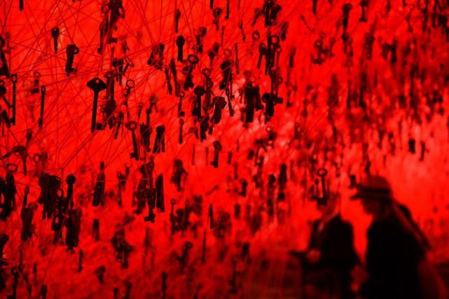 L'oeuvre de l'artiste japonaise Chiharu Shiota, intituléeThe key... (PHOTO GABRIEL BOUYS, AFP)
