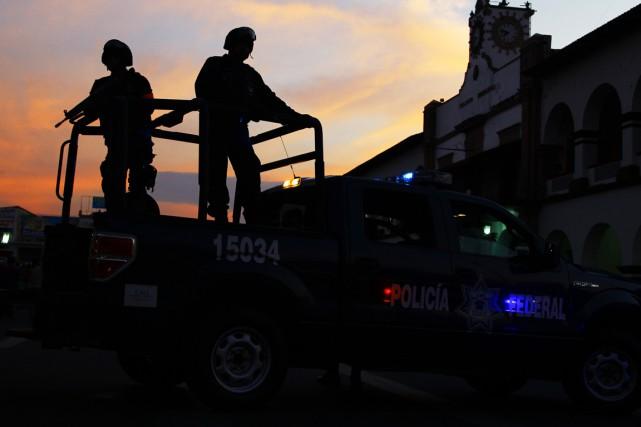De nombreux policiers se sont rendus sur les... (PHOTO HECTOR GUERRERO, ARCHIVES AFP)
