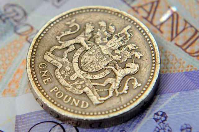 La monnaie britannique a baissé dès l'annonce des... (PHOTO ARCHIVES REUTERS)