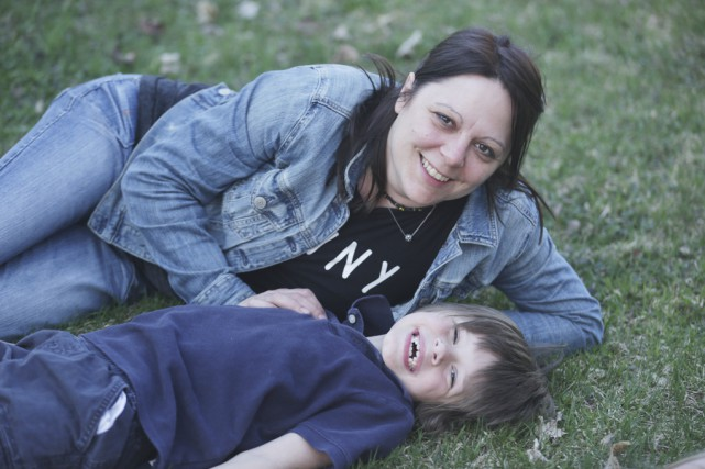Nadia Ménard et son fils Mathys.... (Photo Catherine Trudeau)