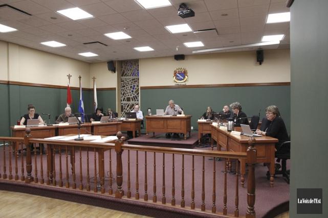 Le conseil a approuvé l'octroi de deux contrats... (Photo archives La Voix de l'Est)