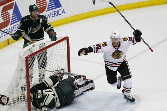 Ryan Suter (20), Bryan Bickell (29) et Devan... (PHOTO ANN HEISENFELT, ASSOCIATED PRESS)