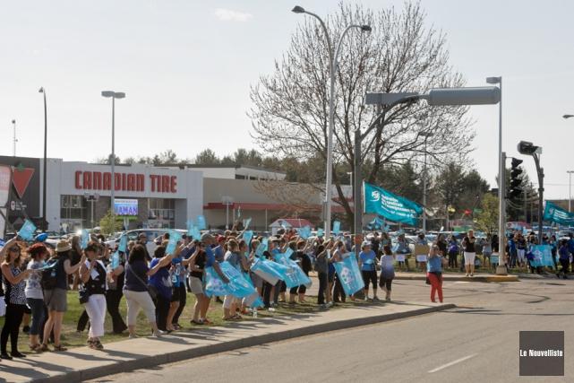 Des centaines d'enseignants ont manifesté jeudi à l'angle... (Photo: François Gervais, Le Nouvelliste)