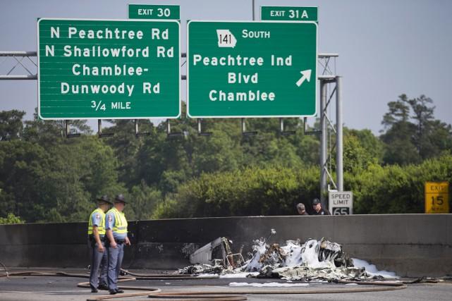 L'avion a plongé sur l'autoroute285 après avoir décollé... (PHOTO DAVID GOLDMAN, AP)