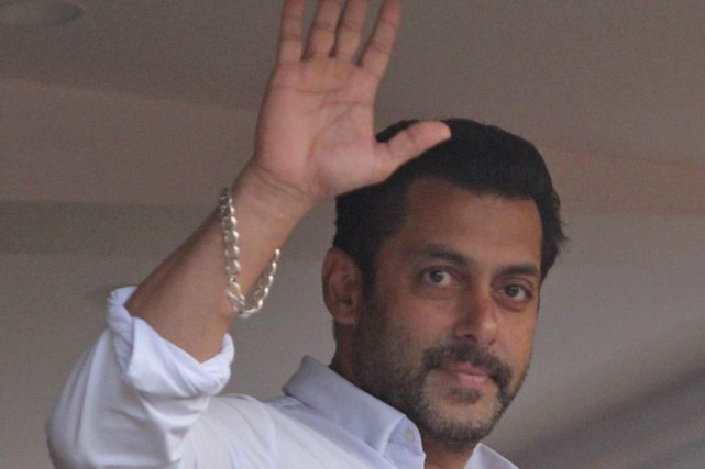 Salman Khan salue ses fans du balcon de... (Photo: AP)