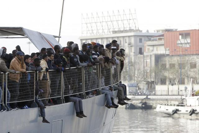 Deux navires de la marine militaire allemande ont procédé vendredi au sauvetage... (PHOTO ARCHIVES AP)