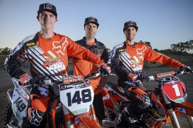 Jean-Sébastien Roy, au centre de ses deux pilotes... (Photo KTM Racing)