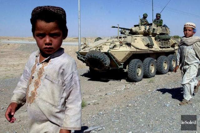 Deux jeunes enfants afghans croisent une patrouille militaire... (Photothèque Le Soleil)