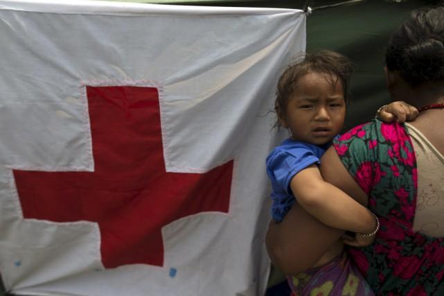 Des victimes du séisme attendent devant un hôpital... (Photo Athit Perawongmetha, Reuters)