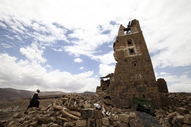 Un homme marche vers une maison endommagée par... (Photo Mohamed al-Sayaghi, Reuters)