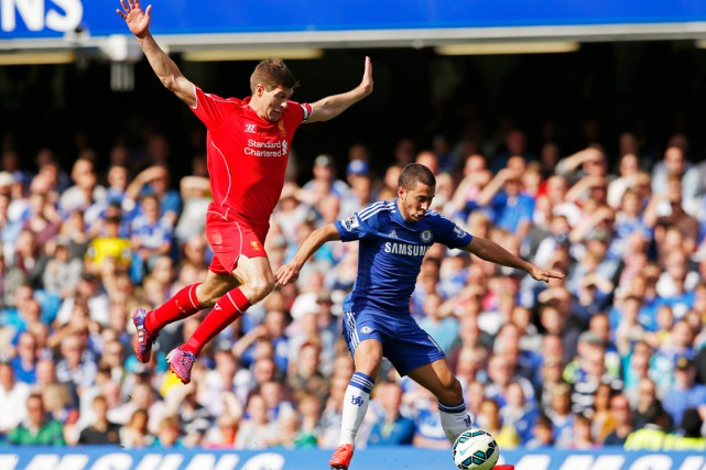 Steven Gerrard tente d'éviter le contact avec Eden... (PHOTO JOHN SIBLEY, REUTERS)