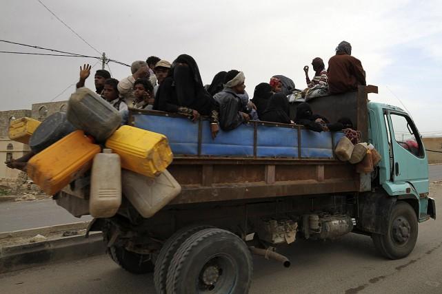 Des gens fuient Saada, fief rebelle des Houthis... (Photo Mohamed al-Sayaghi, Reuters)