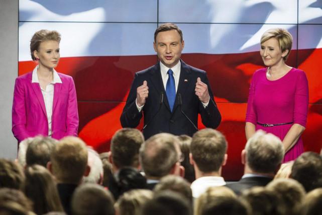 Le candidat conservateur d'opposition Andrzej Duda, aux côtés... (PHOTO WOJTEK RADWANSKI, AFP)