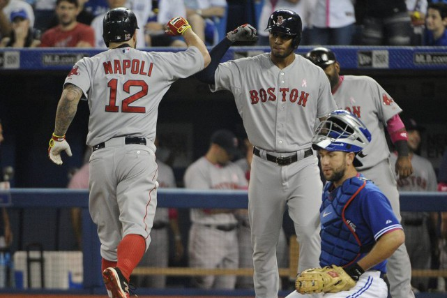 Mike Napoli a claqué un circuit de trois... (PHOTO PETER LLEWELLYN, USA TODAY)