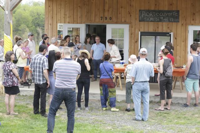 Une quarantaine de personnes ont visité la Ferme... (photo Catherine Trudeau)