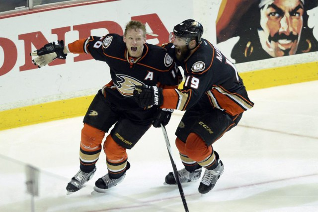 Corey Perry (10) et Patrick Maroon (19)... (PHOTO KELVIN KUO, USA TODAY SPORTS)