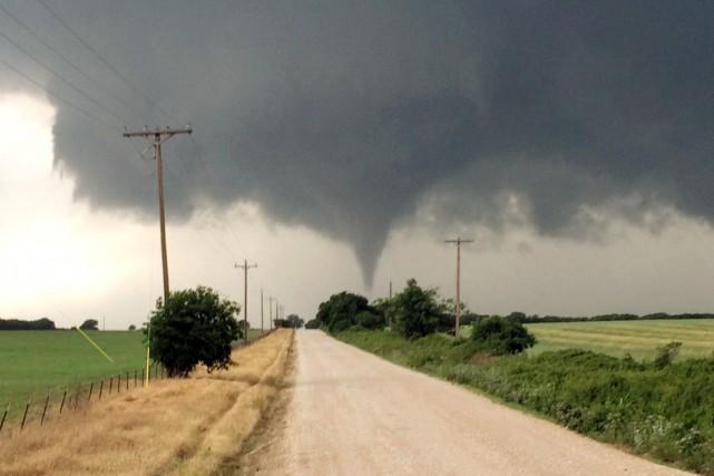 Samedi, une tornade avait fait un mort et... (PHOTO BRIAN KHOURY, ARCHIVES AP)