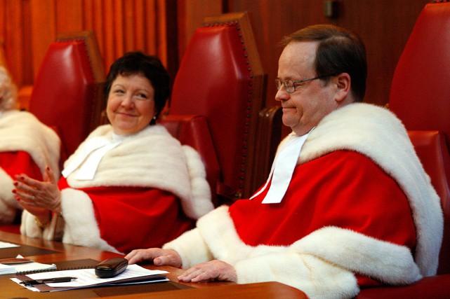 Le juge Thomas A. Cromwell (à droite sur... (Photo Chris Wattie, archives PC)