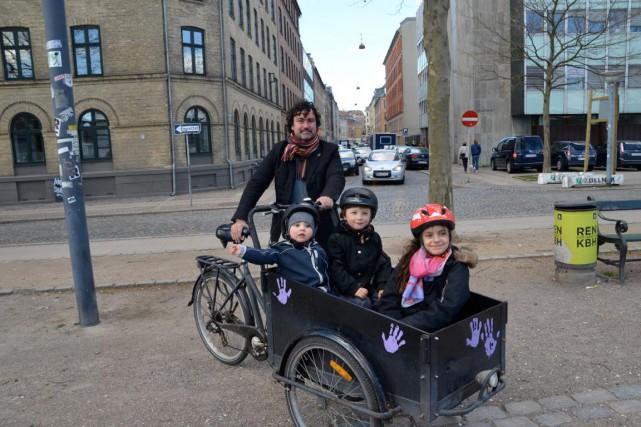 Étienne Boudreault à vélo avec ses enfants Louis,Emil... (PHOTO FOURNIE PAR ÉTIENNE BOUDREAULT)