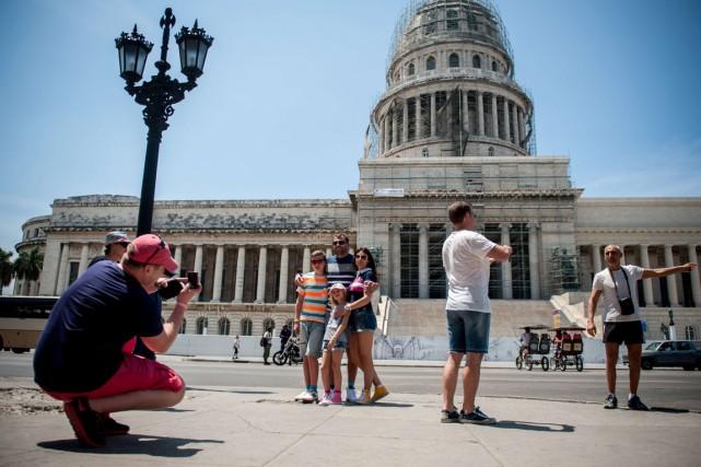 Des touristes se font photographier devant leCapitole de... (PHOTO YAMIL LAGE, AFP)