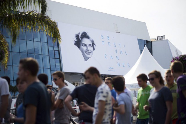 Une affiche monumentale avec le visage rayonnant d'Ingrid Bergman surplombe les... (Photo: AFP)
