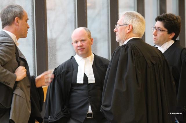 L'avocat du CP Me Enrico Forlini en discussion... (La Tribune, René-Charles Quirion)