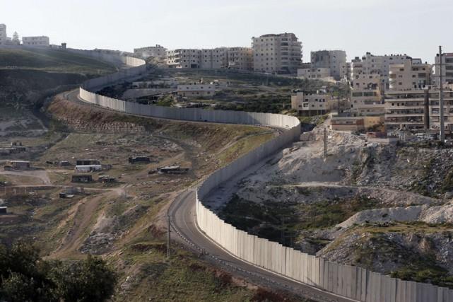 Le village d'Anata jouxte la barrière de séparation... (Photo: AFP)