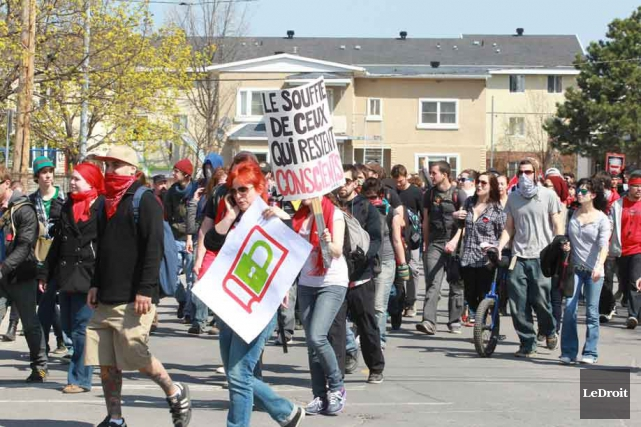 Des manifestants près de l'Université du Québec en... (Patrick Woodbury, Archives LeDroit)