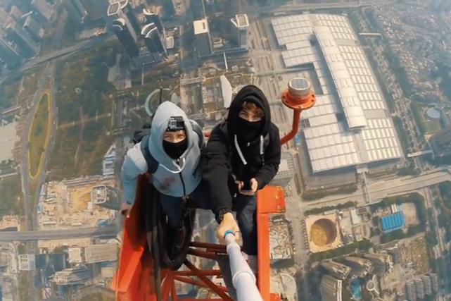 Les deux hommes sont coutumiers des ascensions clandestines... (Image tirée de YouTube)