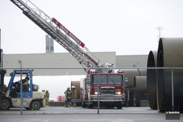 Un début d'incendie a nécessité l'évacuation de l'usine... (Photo: Stéphane Lessard, Le Nouvelliste)