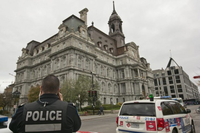 Présence policière devantl'Hôtel de Ville deMontréal.... (PHOTO HUGO-SEBASTIEN AUBERT, LA PRESSE)