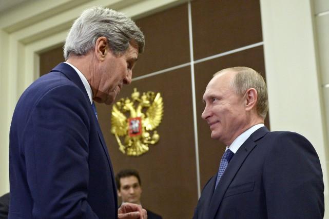 John Kerry a retrouvé le président russe Vladimir... (PHOTO AP/GOUVERNEMENT RUSSE)