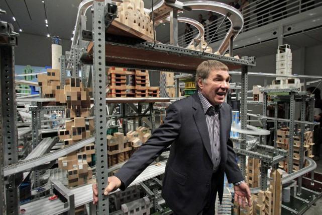 Chris Burden en 2012 devant sa sculpture, Metropolis... (Photo: archives AP)