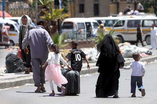 Une famille en déplacement dans la ville de... (Photo Mohamed al-Sayaghi, Reuters)