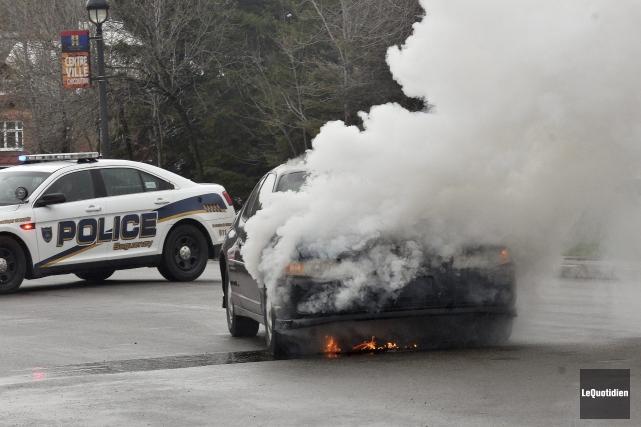 Une voiture a été ravagée par les flammes,... ((Photo Le Quotidien-Rocket Lavoie))