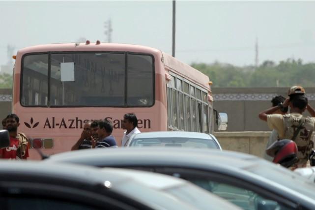 Après l'attaque, le bus rose taché de sang... (PHOTO RIZWAN TABASSUM, AFP)