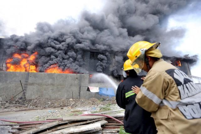 Au moins 28 personnes ont trouvé la mort... (PHOTO REUTERS/STRINGER)