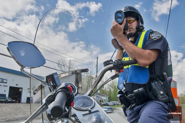 Les policiers motards sont maintenant présents en semaine... (Archives, La Tribune)